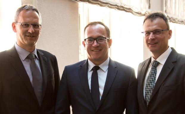 Vorstände der Süddeutschen Aktienbank: Andreas Falger (links) und Frank Bischoff (rechts) sowie Aufsichtsrat Jan Torsten Schmieling auf dem private banking kongress München 2016|© Christian Scholtysik / Patrick Hipp