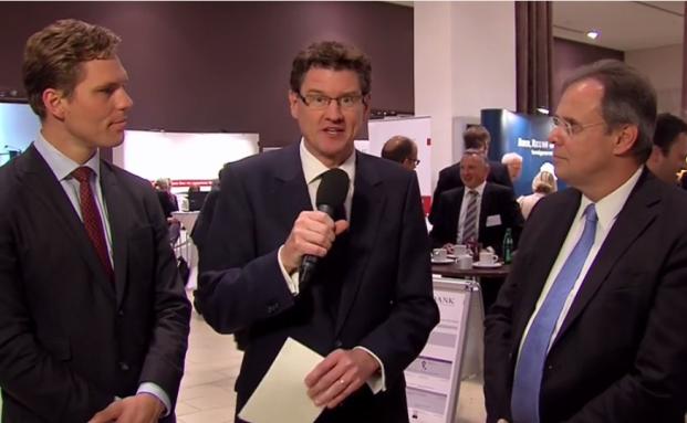 Andreas Franik (m.) im Gespräch mit Udo Schindler (re.), Vorstand der KSW Vermögensverwaltung und Erik Podzuweit (li.), Geschäftsführer von Scalable Capital.