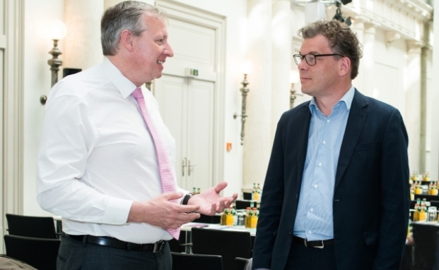 Andreas Köster, Leiter des Asset-Allokation-Teams der UBS Asset Management im Interview mit Malte Dreher (rechts), Chefredakteur private banking magazin