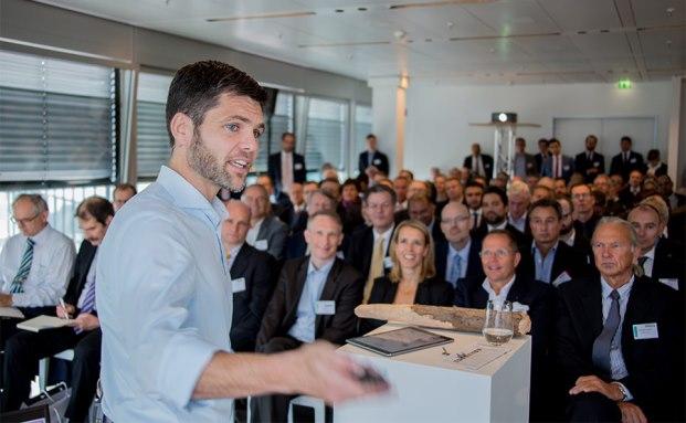 """Prof. Dr. Bernd Ankenbrand bei seinem Vortrag """"Vermögen im Wandel – Neue Erkenntnisse der Verhaltens- und Sinnökonomie"""""""
