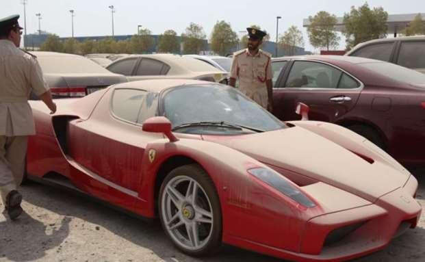 Listenpreis ohne Mehrwertsteuer rund 700.000 Euro: Polizisten in Dubai nehmen einen verlassenen Ferrari Enzo in Augenschein|© facebook.com/abandonedcarsindubai/
