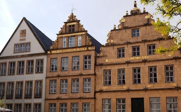 Stammsitz des traditionsreichen Bankhaus Lampe auf dem Marktplatz im nordrhein-westfälischen Bielefeld (rechts)