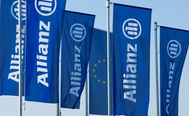 Allianz-Beflaggung vor der Unternehmens-Zentrale in München
