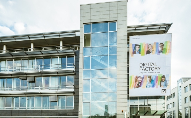 Die Deutsche Bank hat ein eigenes Entwicklungszentrum für digitale Bankprodukte gestartet: In der sogenannten Digitalfabrik in Frankfurt entwerfen und programmieren rund 400 Mitarbeiter aus 14 Nationen.