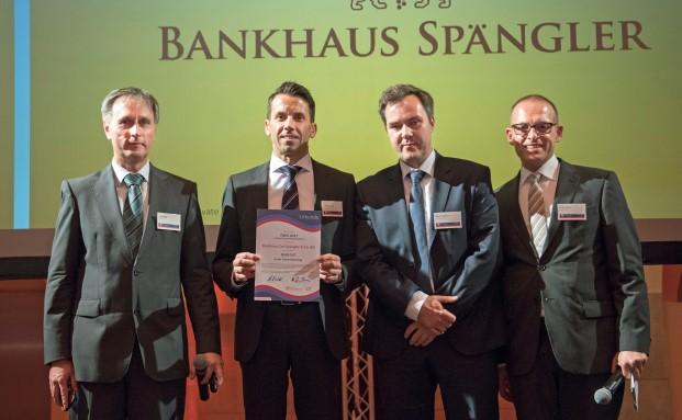 Robert Hager (2.v.l.) und Marcus Trautmann (2.v.r.) vom Bankhaus Carl Spängler nehmen die Auszeichnung für den 1. Platz des Institutes im Jahres-Ranking entgegen