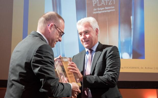 Stefan Schwab, Vorstandschef der DZ Privatbank nimmt auf dem Private Banking Gipfel in Berlin die Auszeichnung für den 1. Platz seines Institutes in der Ewigen Bestenliste entgegen. |© Steffi Loos