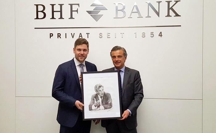 Philippe Oddo, Vorstandsvorsitzender und Eigentümer der BHF-Bank, bei der Bildübergabe mit Ansgar Neisius vom private banking magazin