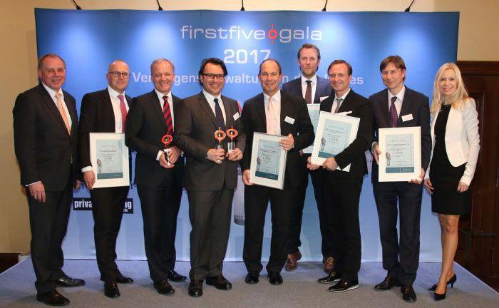 Die Gewinner der Firstfive-Awards 2017, eingerahmt von Firstfive-Vorstand Jürgen Lampe (ganz links) und Moderatorin Antje Erhard (ganz rechts)