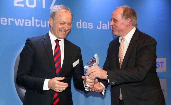 Nimmt von Firstfive-Vorstand Jürgen Lampe den 1. Preis in der Königsdisziplin über 5 Jahre entgegen: Kai Franke von der BHF-Bank