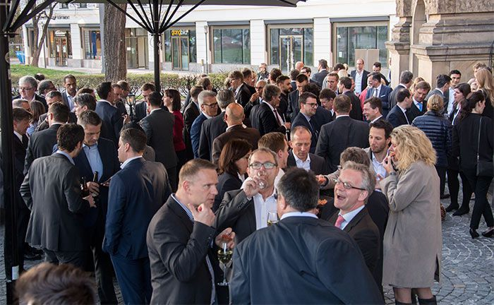 Am frühen Abend ließen die 281 Teilnehmer, darunter 179 Investoren, den ersten Kongresstag bei milden Temperaturen in München gemütlich ausklingen|© Christian Scholtysik / Patrick Hipp
