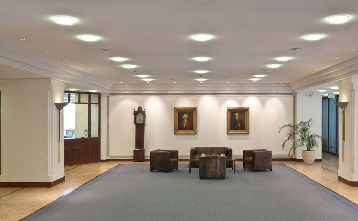 Kassenhalle der Berenberg Bank in Hamburg: Kunden in Braunschweig, Bremen und Berlin werden unter anderem zentral vom Hauptsitz der Privatbank aus betreut|© Aloys Kiefer