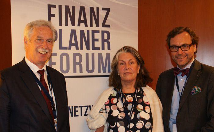 Gesa Engelschall von der Hamburgischen Kulturstiftung bedankte sich bei den Veranstaltern Otto Lucius (l.) und Guido Küsters vom Finanzplaner Forum für eine spontane Spende von 500 Euro