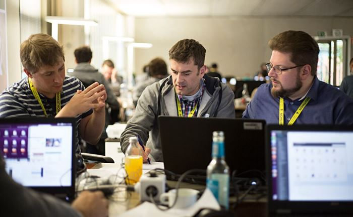 Teilnehmer der ersten Fintech Week Hamburg bei der Arbeit
