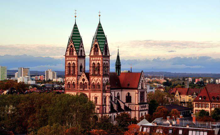 Das Freiburger Münster: In der Stadt im Breisgau liegt eine der beiden bereits erworbenen Büroimmobilien des neuen Spezialfonds von Swiss Life AM.