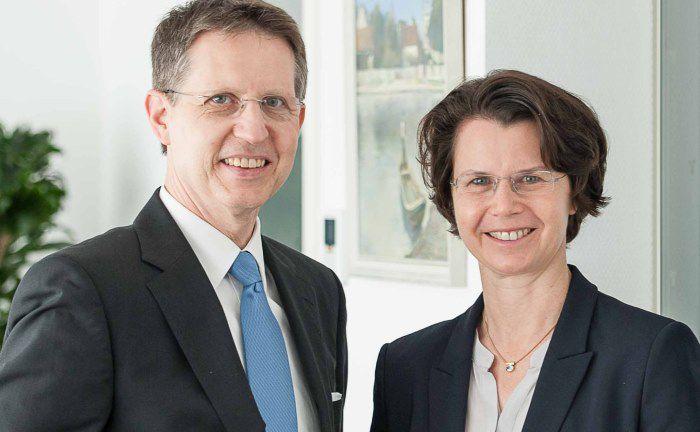Die Vorstandsvorsitzende der Frankfurter Volksbank Eva Wunsch-Weber (r.) und Armin Pabst, Vorstandsvorsitzender der Volksbank Griesheim: Beide wollen im Zuge der Fusion das Leistungsangebot ausbauen.
