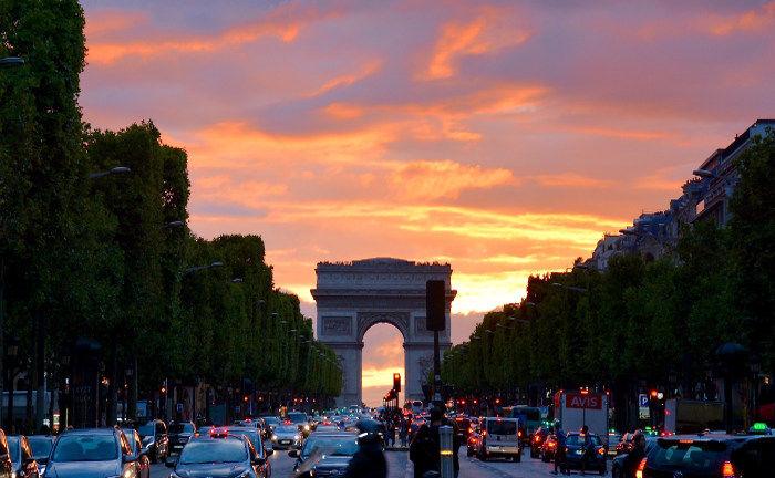 Arc de Triomphe in Paris: Der neue Aktienfonds von Conduction und UI sucht europaweit günstig bewertete Aktiengesellschaften.