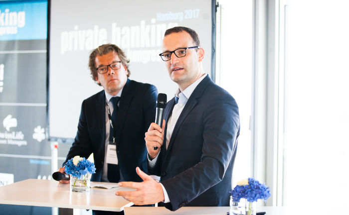 Top-Speaker Jens Spahn (r.) bei seinem Vortrag, im Hintergrund Co-Herausgeber Malte Dreher.