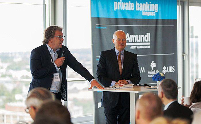 Kurt v. Storch (r.) von Flossbach von Storch sprach zum Abschluss des 13. private banking kongress 2017 in Hamburg. Vorgestellt wird er hier von Co-Herausgeber Malte Dreher.