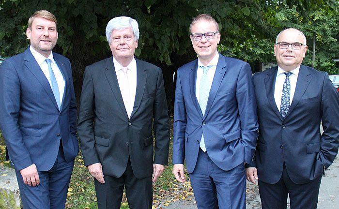 Verabschiedung des bisherigen Leiters Private Banking (v.r.n.l.): Vorstandsvorsitzender Stefan Nottmeier, Nachfolger Martin Brandt, der scheidende Ulrich Stache und Vorstandsmitglied Oliver Schiller