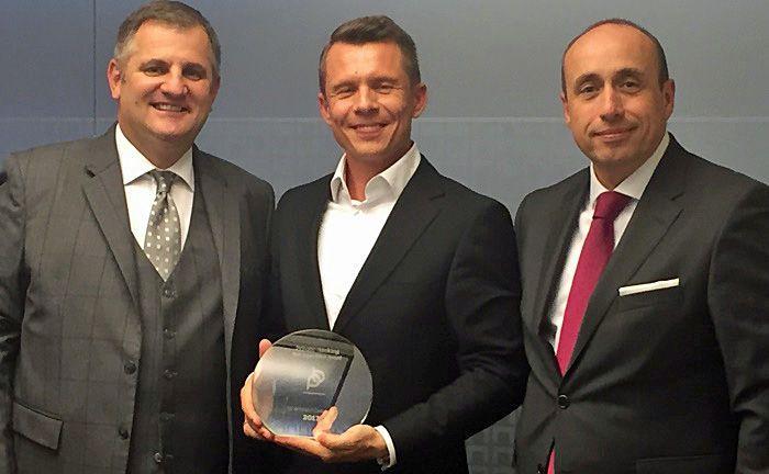 """Eduard Berger (l.), Vorstand der Wiener Privatbank, Andreas Bonschak (M.) von """"Privatbankchecker  und Marketingleiter Michael Müller (r.) bei der Award-Übergabe."""