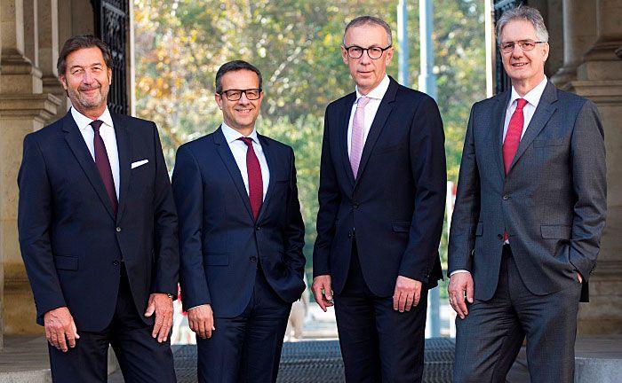 Die Führungsmannschaft der Bank: Vorstandsvorsitzender Othmar Schmid sowie die Vorstände Helmut Kneissl, Anton Pauschenwein und Markus Partl.|© Österreichische Ärzte- und Apothekerbank
