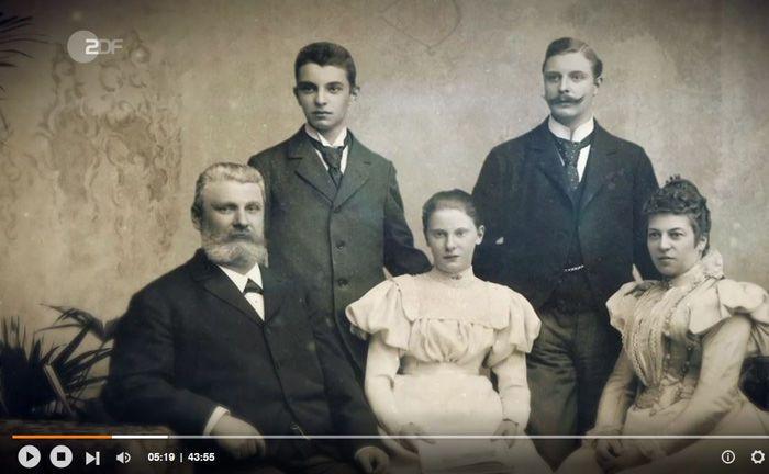 Gründer Fritz Henkel (l.) mit seiner Ehefrau Elisabeth (r.) und den drei Kindern: Durch Arbeitsteilung und strengen Grundsätzen machten sie aus einer kleinen Waschmittelfabrik ein Familienunternehmen mit Weltbedeutung.|© ZDF