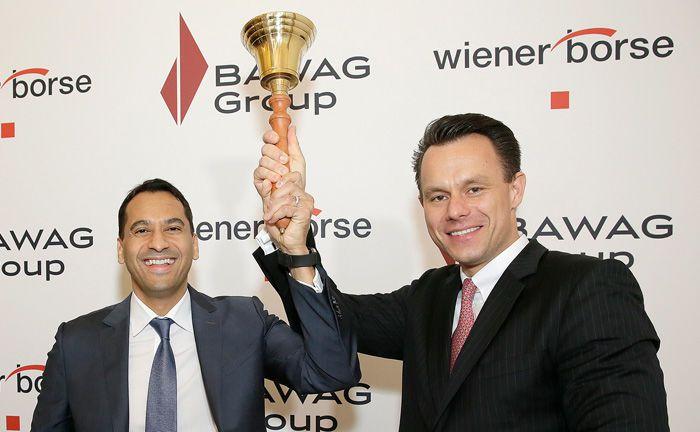 Zum Handelsstart läutet Bawag-Chef Anas Abuzaakouk (l.) gemeinsam mit dem Wiener Börsenchef Christoph Boschan die Börsenglocke.