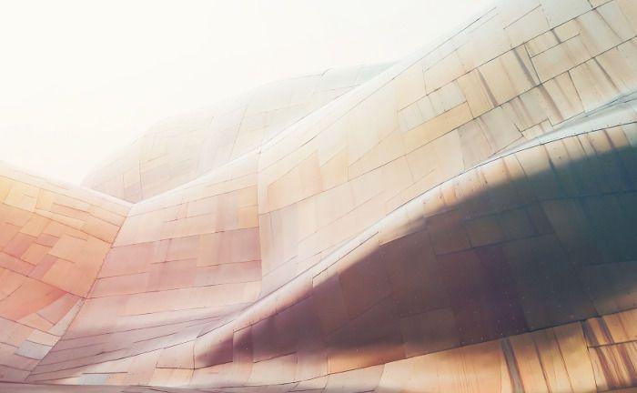 Verschwommene Fassade: 2018 wechselt die Besteuerung von Immobilienfonds von transparent auf intransparent.|© Pixabay