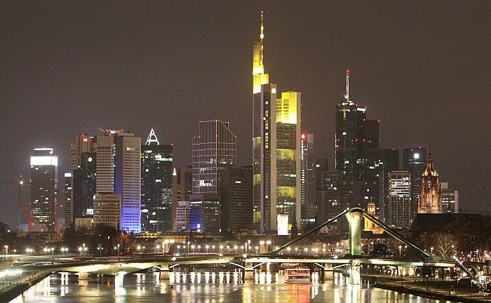 Frankfurt bei Nacht: Die zuständige Staatsanwaltschaft hat die Anklageschrift bislang nicht zustellen können.  © Getty Images