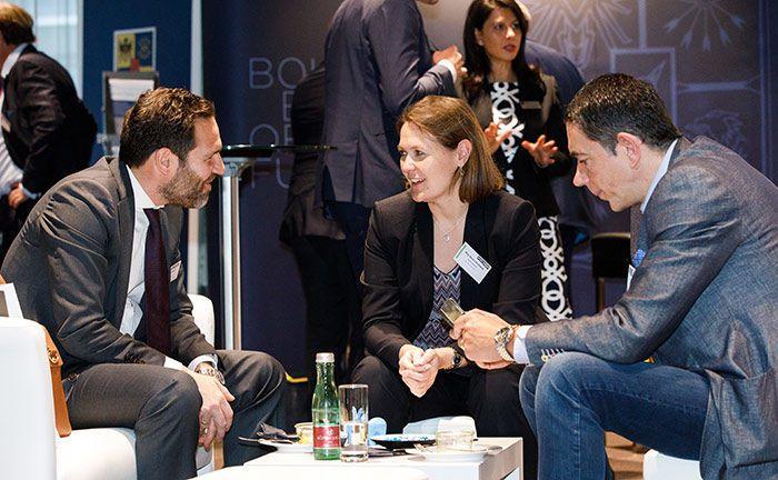Marion Klotzberg (M.), Leiterin Portfoliomanagement bei der Bank Gutmann, im Gespräch.