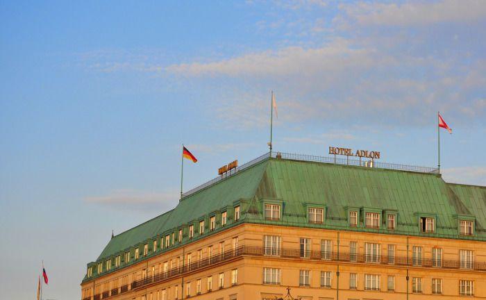 Das Hotel Adlon in Berlin: Im Falle einer Krise würden laut Investmentbarometer vor allem Firstclass-Hotels unter Druck geraten.|© Pixabay