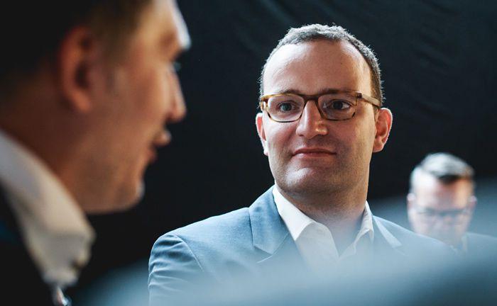 Wenn schon zwei Kreditexperten im Vorstand der Bank sind, könnte beim dritten Mitglied ein digitaler Hintergrund reichen, fordert der Fintech-Rat des Finanzministeriums unter Vorsitz von Jens Spahn (M.).