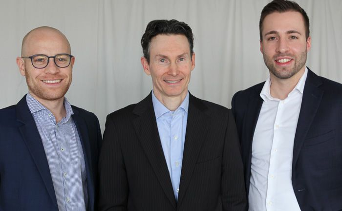 Felix Eisel (l.) und Alex Nieberding (Mitte), Gründer der Fondsboutique und verantwortliche Portfoliomanager, begrüßen Markus Weiss im Team von Conduction Capital Advisers. | © Conduction Capital Advisers
