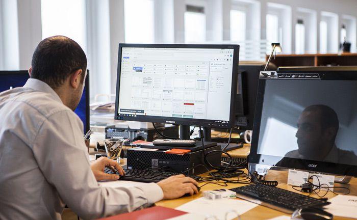 Bei der Arbeit: Single Family Offices entlohnen Leistungen ihres Investment-Personals vermehrt mit Langzeitvergütungen.|© Pixabay