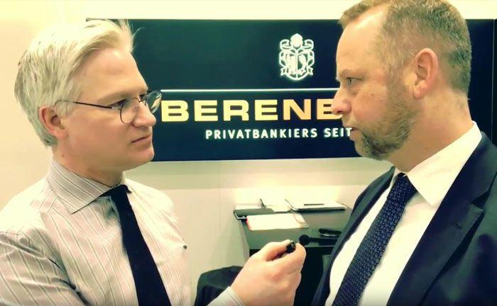 TV-Journalist Markus Koch (l.) im Gespräch mit Henning Gebhardt: Der Aktienexperte blickt auf den jüngsten Mini-Crash zurück und schaut nach vorne.