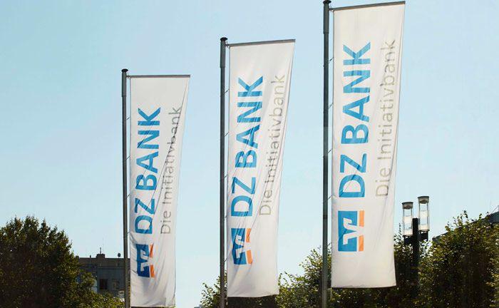 Fahnen der DZ Bank am Hauptsitz in Frankfurt: Das genossenschaftliche Institut steigerte 2017 ihr Verwahrstellengeschäft deutscher Fondsvermögen um 25,8 Milliarden Euro und rückte damit im BVI-Ranking der Depotbanken auf Rang 3 vor.|© DZ Bank