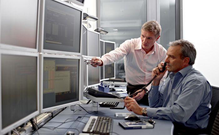 Mitarbeiter der Deutschen Börse bei der Arbeit: Beim Tochterunternehmen Clearstream wird ein Beschäftigter im Zuge der Cum-Ex-Geschäfte beschuldigt.|© Deutsche Börse AG