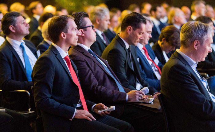 Das Publikum auf dem private banking kongress in München macht sich über eine Ted-Frage Gedanken.|© Anna Rauchenberger/Arman Rastegar