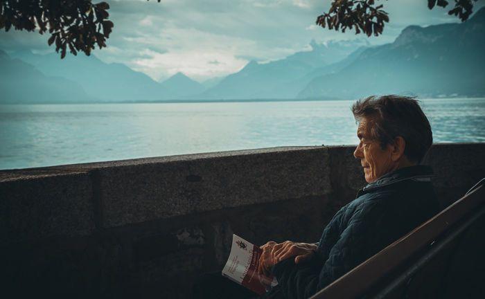 Ein alter Mann blickt aufs Meer: Viele vermögende deutsche Anleger erwarten, ein hohes Lebensalter zu erreichen – sind aber in Sorge darüber, wie sie sich ein hundertjähriges Leben leisten können.