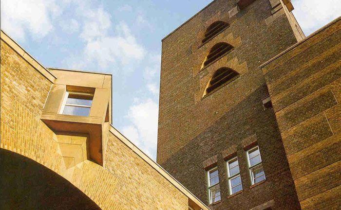 Der Peter-Behrens-Bau mit Turm und Brücke ist eines der Wahrzeichen von Höchst: Bei der im Industriepark ansässigen Pensionskasse kommt es zu einem Wechsel an der Vorstandsspitze.|© Industriepark Höchst