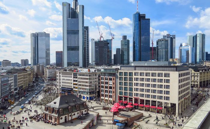 Blick auf die Skyline von Frankfurt am Main, im Vordergrund die Hauptwache in der Innenstadt: Engel & Völckers Commercial gibt seinen hier ansässigen Lizenzpartner an Colliers International ab. | © Pixabay