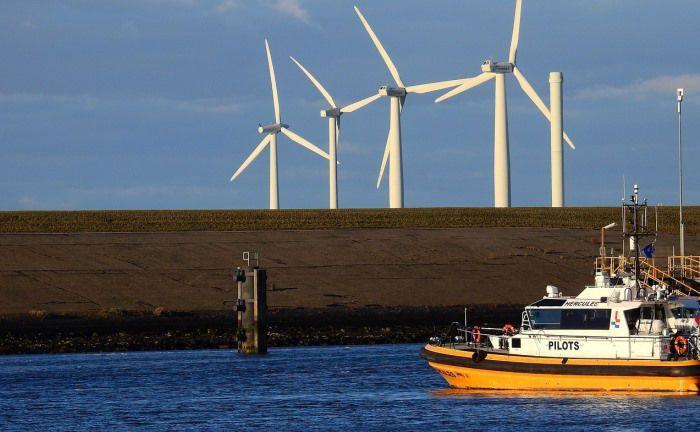Ein Boot vor einem Windpark: Über die Trends in der nachhaltigen Geldanlage klärt der Marktbericht des Forums Nachhaltige Geldanlagen auf. Foto: Pixabay|© Pixabay