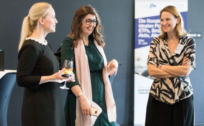 Sabine Proft (l.), Marketing-Chefin für den deutschsprachigen Raum bei Lyxor ETF mit der Leiterin des ETF Research Marlène Hassine Konqui (M.) und Heike Fürpaß-Peter, Geschäftsleiterin ETFs Deutschland und Österreich.