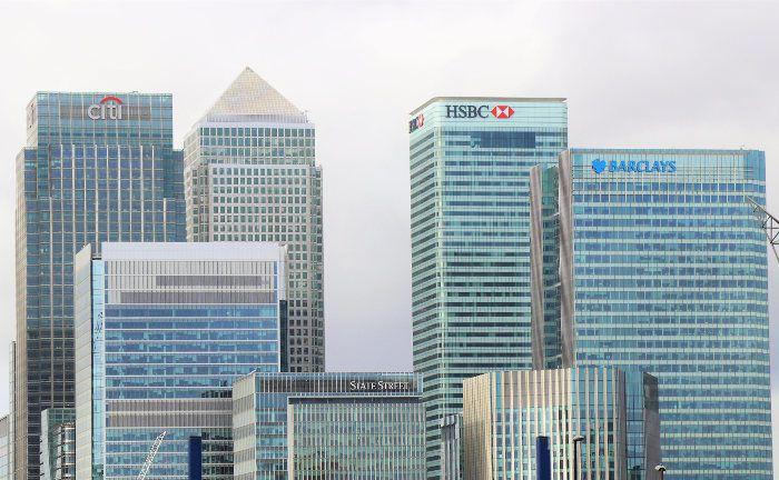 Bankentürme in der Londoner City: Die Arbeit bei einer Bank erweist sich für viele Angestellte als Motivationskiller. Selbstständige Berater sind einer Umfrage zufolge zufriedener und arbeiten produktiver.