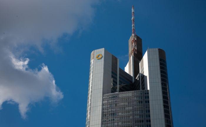 Der Commerzbank-Turm in Frankfurt: Von der Entscheidung verspricht man sich im Konzern digitale Synergieeffekte.