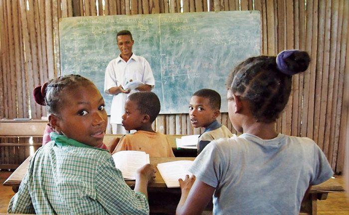 Klassenzimmer auf Madagaskar: Aroma-Hersteller Symrise baut auf der Insel Nahrungsmittel an und unterstützt diese Schule. Die Anleihe des Holzmindener Unternehmens gehört zu den größten Anlagen des Mischfonds IP White.|© Symrise
