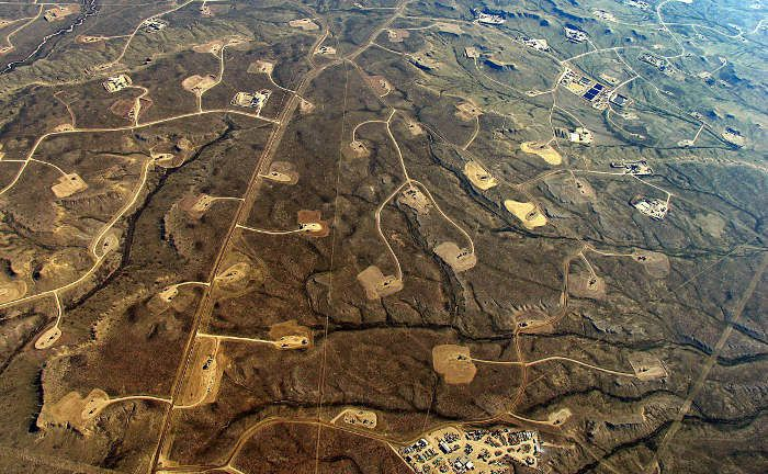 Das Upper Green River Valley im US-Staat Wyoming: Öl- und Gas per Fracking zu fördern hinterlässt Spuren in der Landschaft. Obwohl die USA ihre Produktion und das Angebot ausbauen, stieg der Preis der Ölsorte Brent innerhalb eines Jahres um 58 Prozent.|© Ecoflight