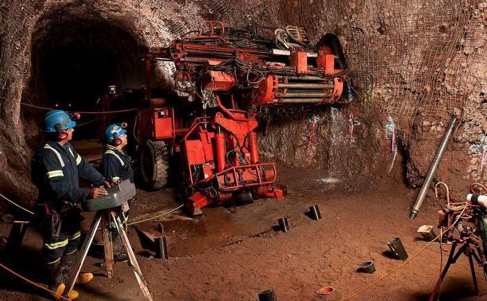 Minenarbeiter setzen Sprenglöcher in einem Goldbergwerk: First Eagle verfügt auch bei Edelmetallen über besondere Expertise|© Flickr