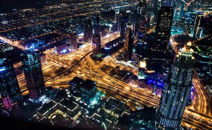Dubai City bei Nacht: Der neue Pictet-Themenfonds widmet sich moderner Stadtentwicklung