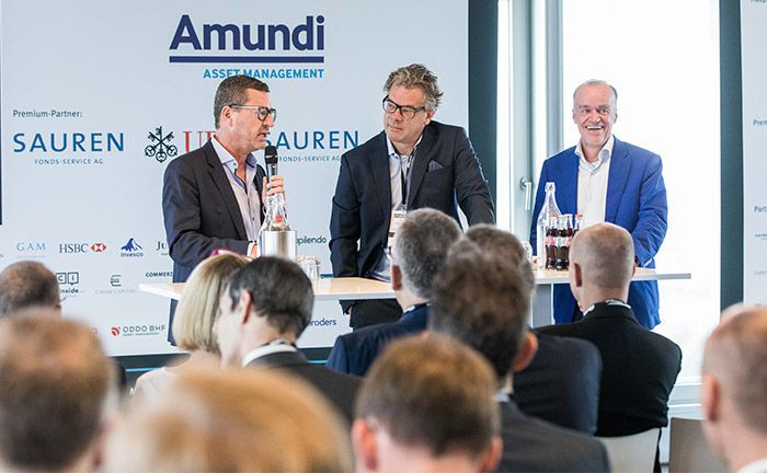 Kai Diekmann (l.) und Lenny Fischer (r.) im Gespräch mit Moderator Malte Dreher, Herausgeber des private banking magazin.